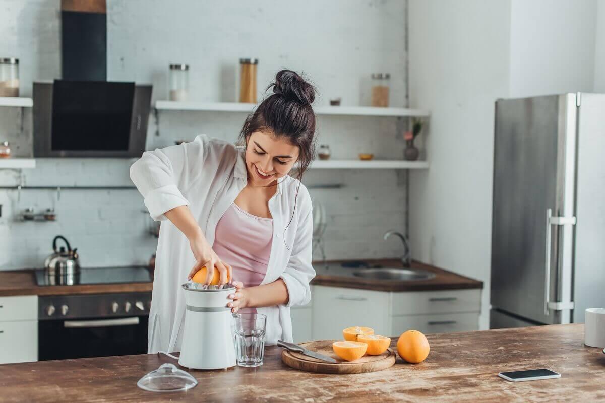 Frisch gepresster Saft kann die Extraportion an Vitaminen bringen und ist eine gute Alternative zu Wasser