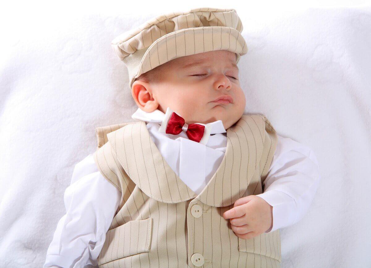 Für kleine Babys gibt es ganz süße Kleidung für die Taufe